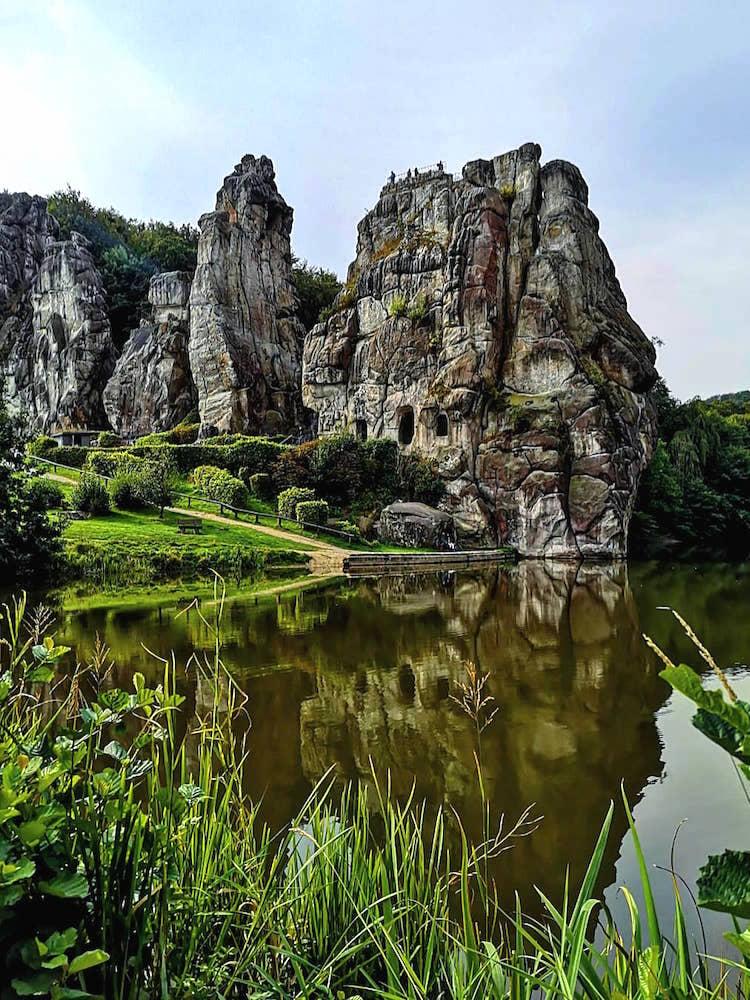Spiegelung der Steine im See