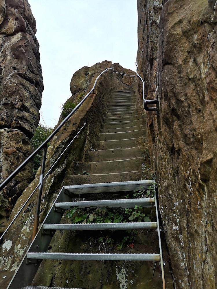 Auf der Treppe den Fels hinauf